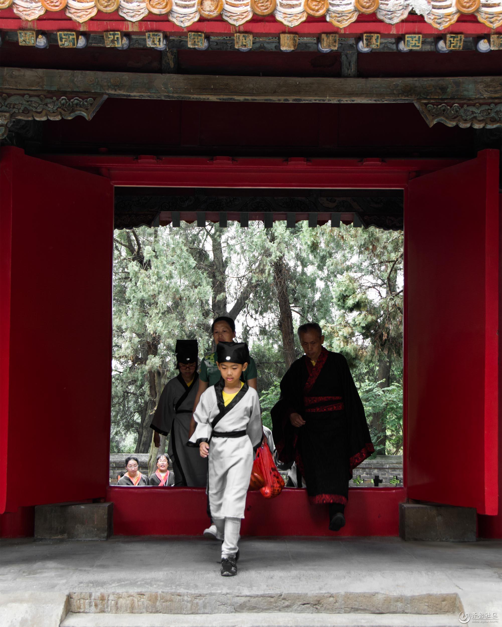 1、入师,即将入学的新生,着古装夸人尼山孔庙,举行开蒙礼。