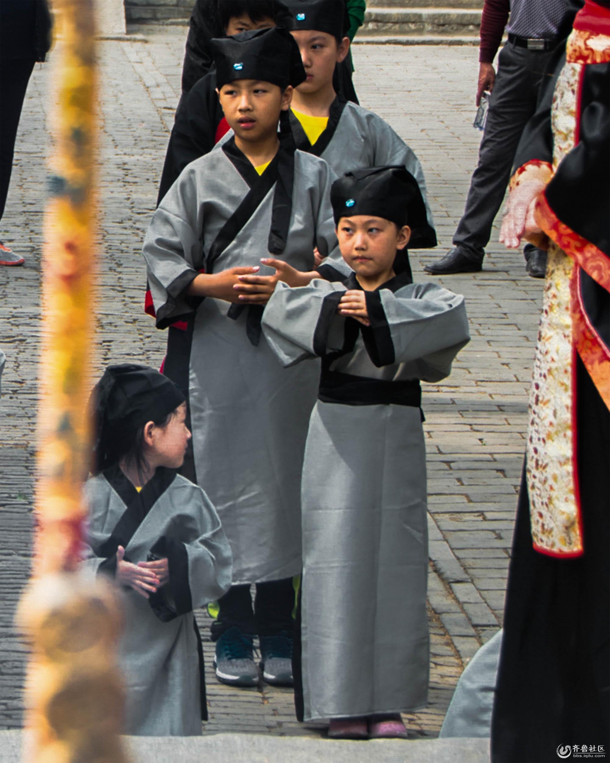 2、正冠,师生整理衣冠,表示对先师的尊重,正冠也是开蒙的重要礼仪。