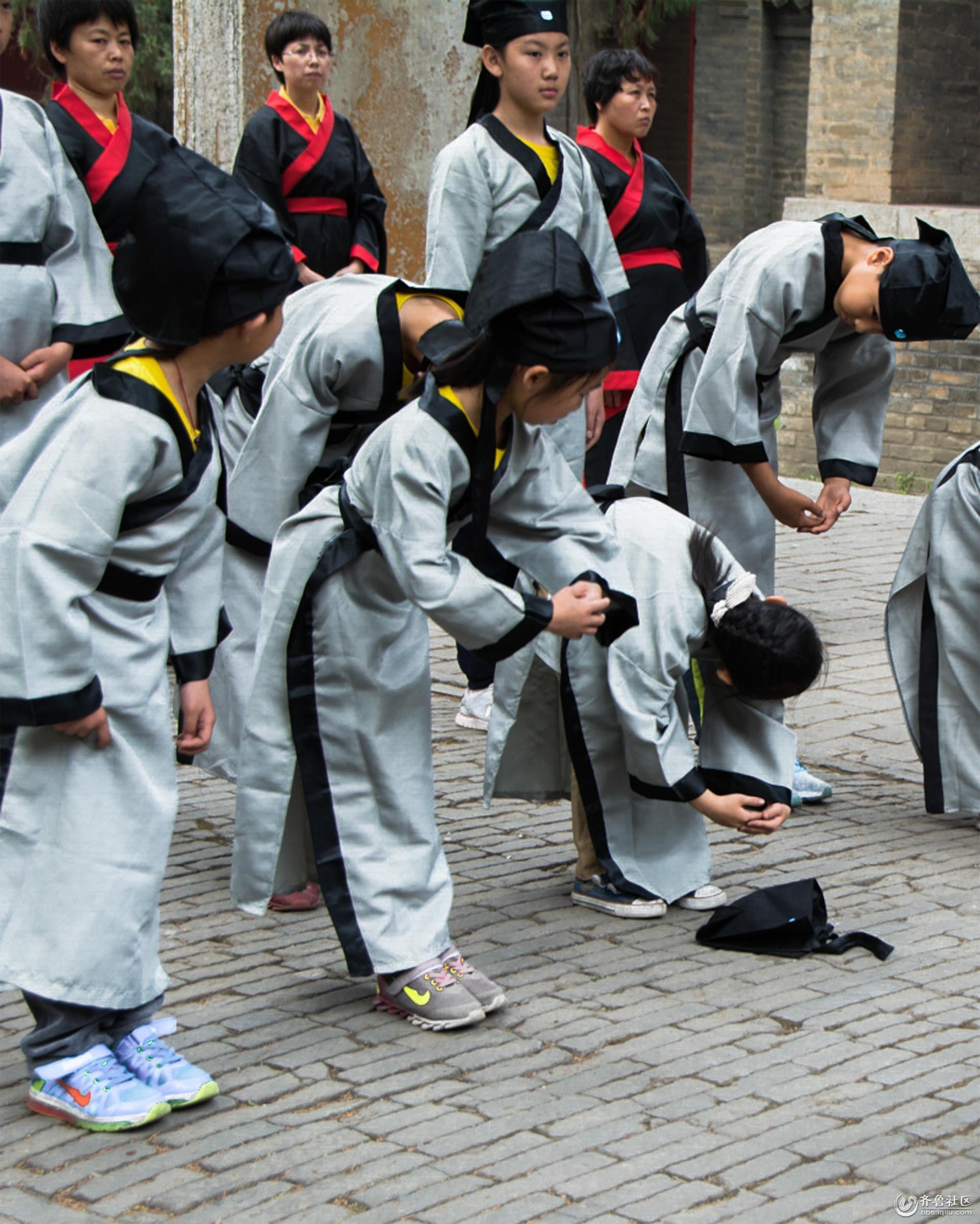 4、习礼,新生们学习抱拳鞠躬。