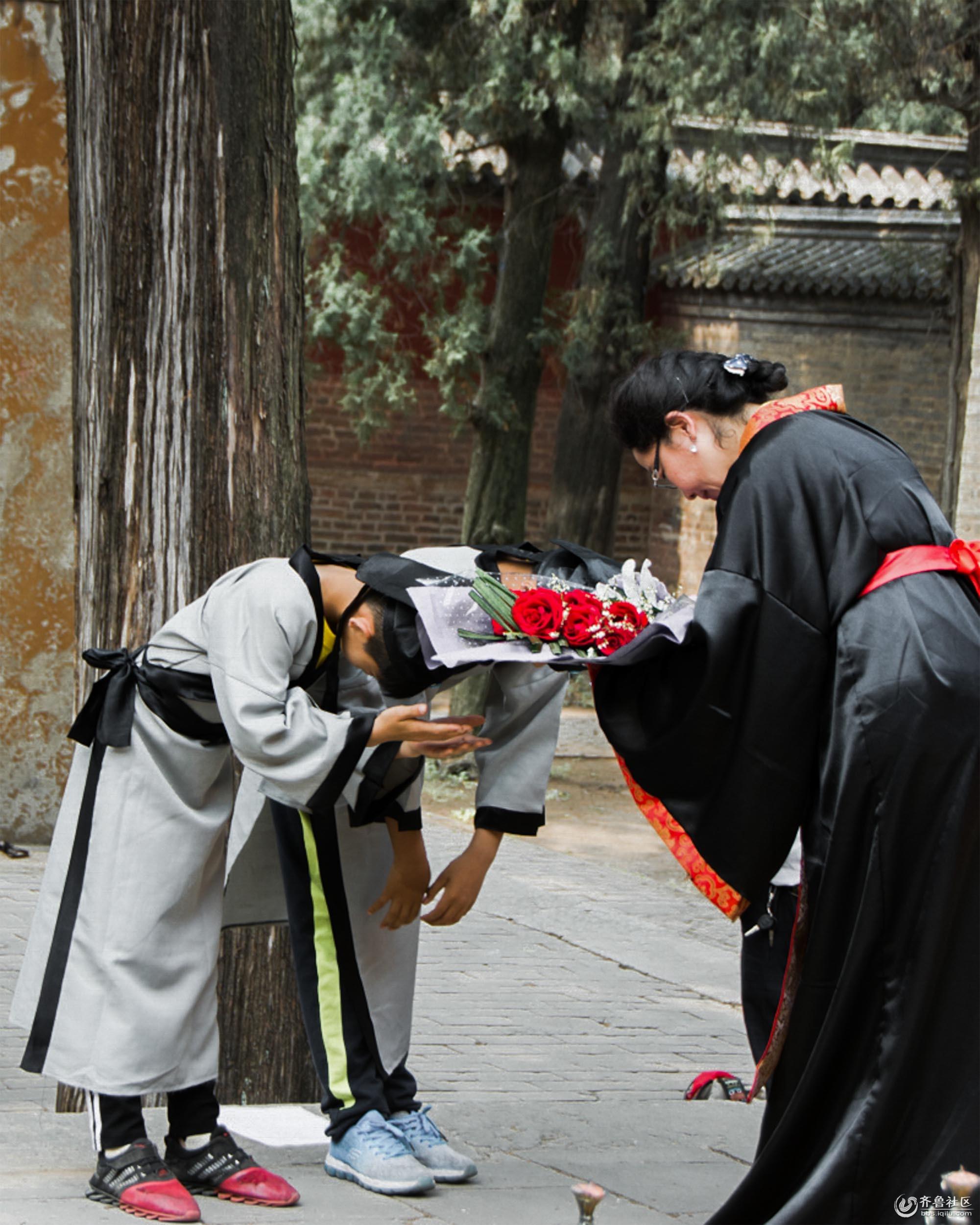 6、敬师,学生代表向老师献花,献上自己的诚意,不忘师恩。