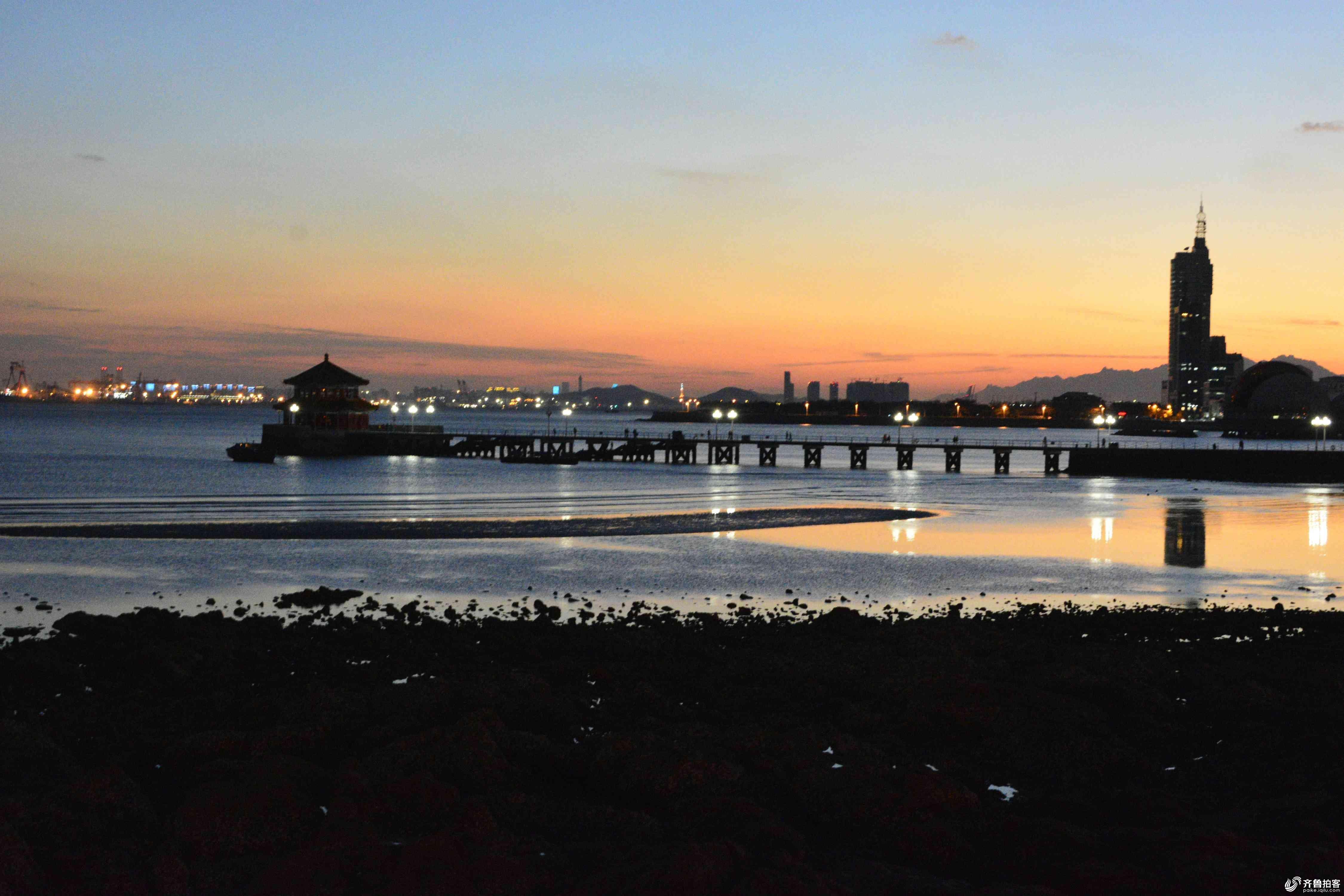 夜景下的青岛栈桥