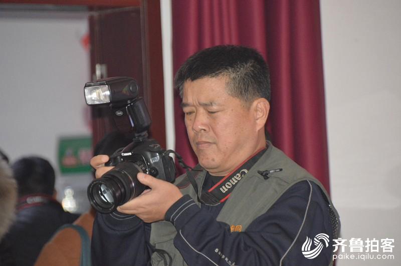 齐鲁拍客孤岛团年会上的摄影师