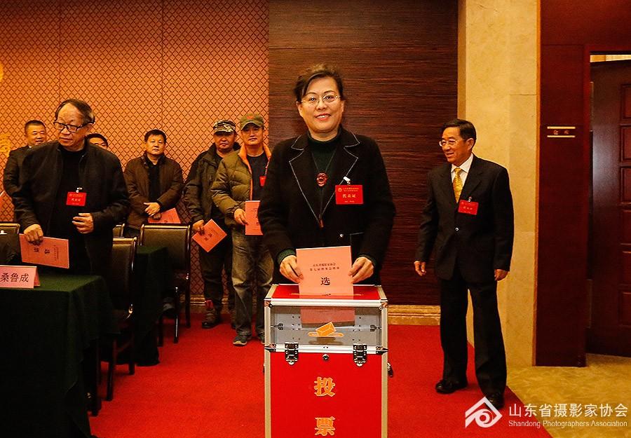 9常务副主席贾虹荀同志投票