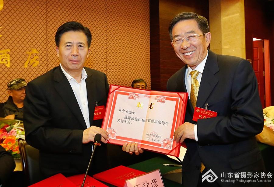 11省文联党组书记于钦彦为省摄协名誉主席侯贺良颁发聘书