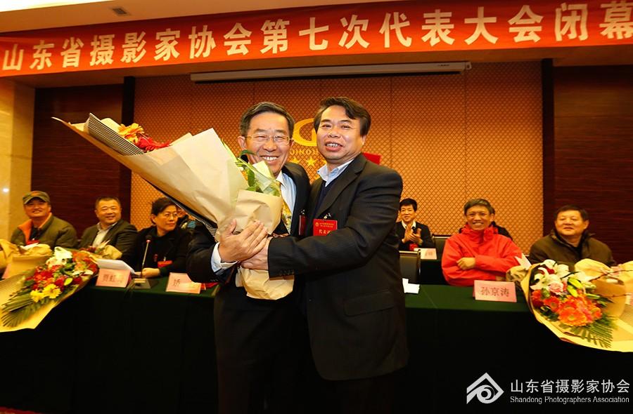 12第七届主席团主席谷永威为名誉主席侯贺良献花