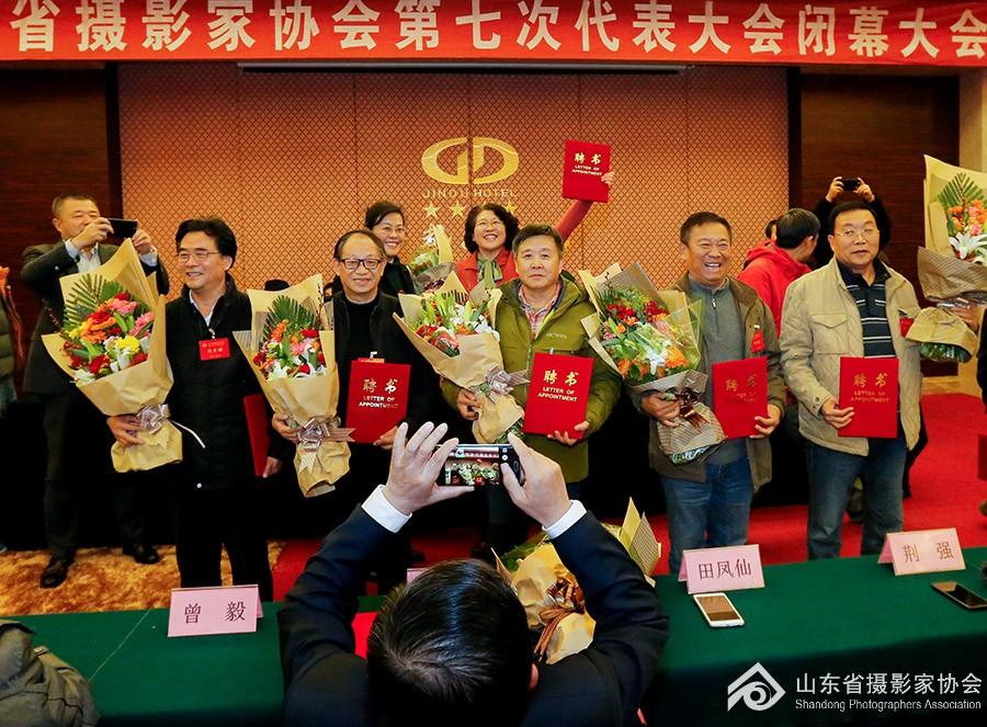 13新当选第七届主席团为顾问献花