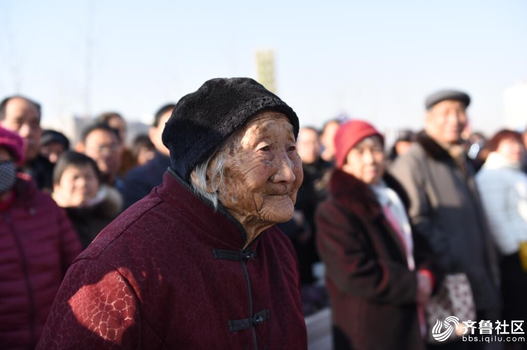 孝敬儿媳陪97岁婆婆看扮玩