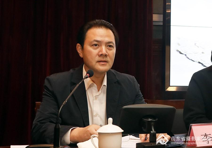 2中国文联党组成员、副主席、书记处书记李前光作报告