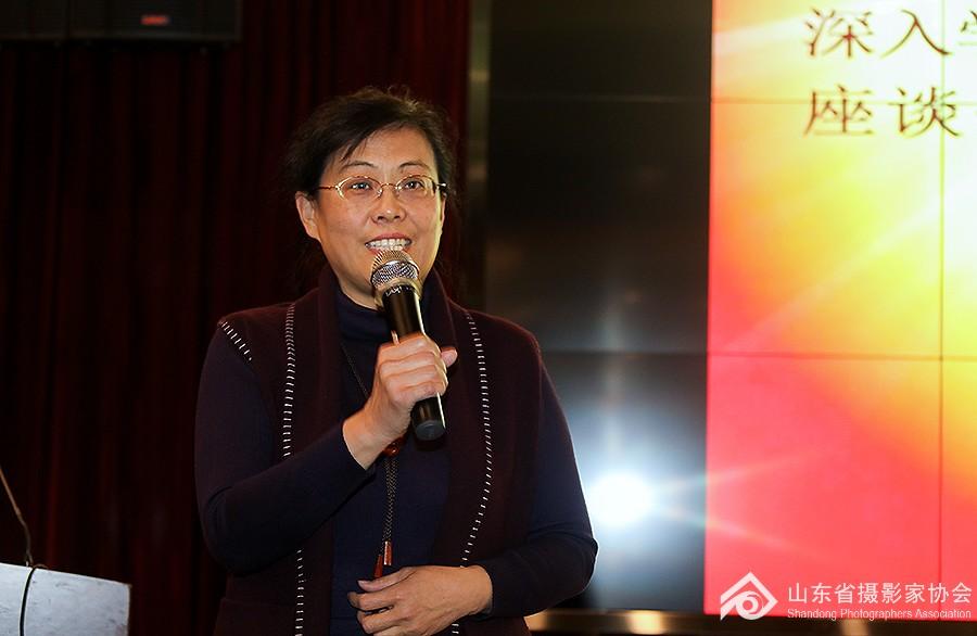 8山东省摄影家协会常务副主席兼秘书长贾虹荀主持开班仪式