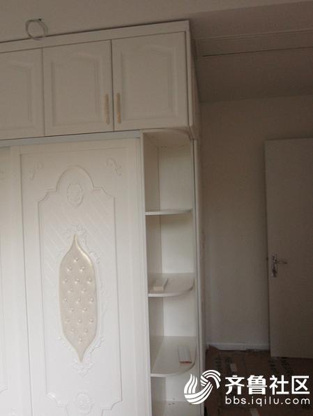 转角衣柜设计得非常有亮点,利用圆弧侧柜完美的连接两个面的转换