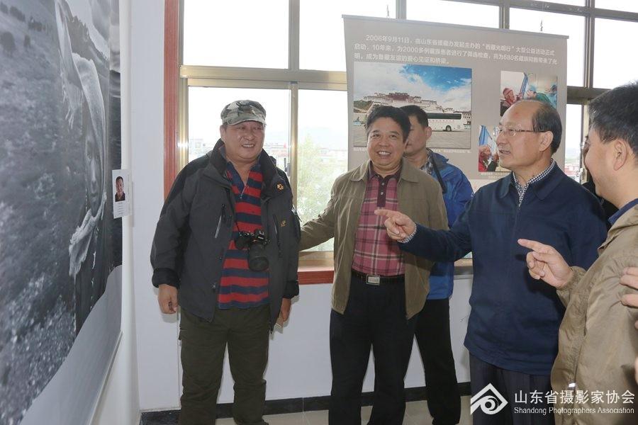 8月27日,山东省副省长季缃绮(右二)、在山东省文联党组成员、副主席矫红(左二)陪同下 参观展览。 ... ...