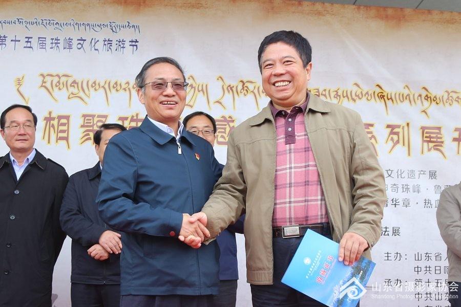 8月27日,在山东省文联党组成员、副主席矫红(右)向日喀则市领导捐赠作品收藏证书。 ... ...