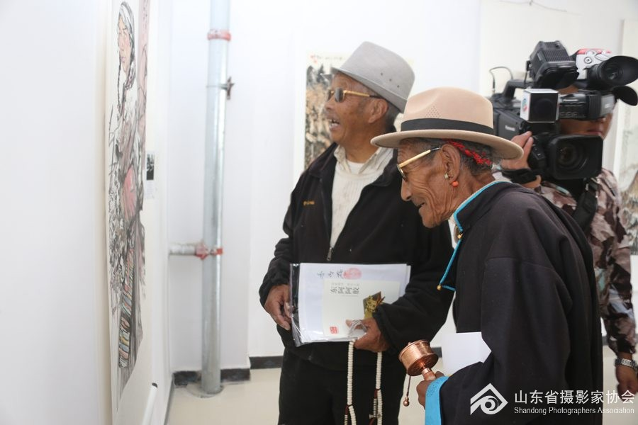 8月27日,当地藏族群众在参观展览。