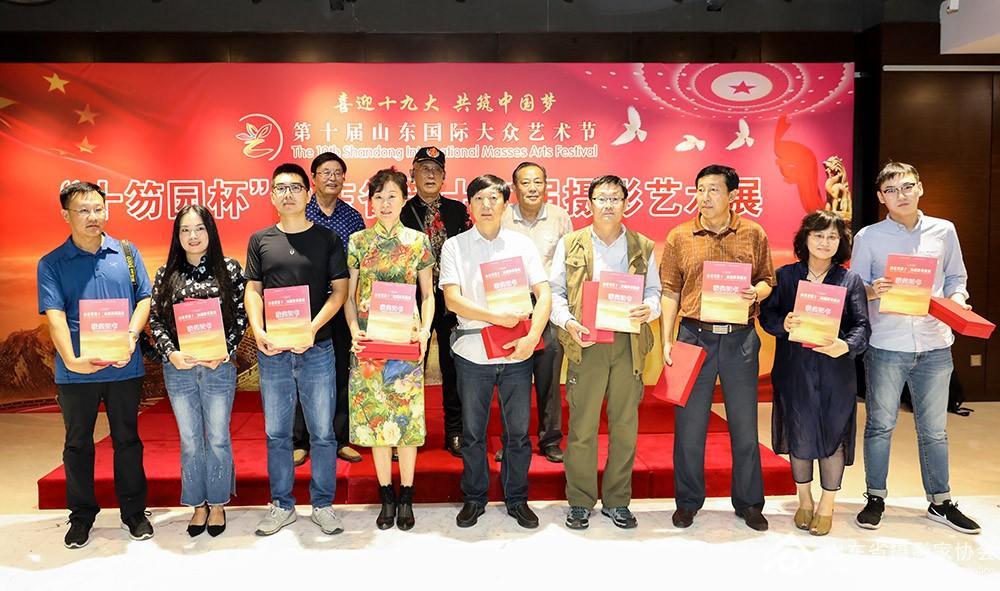 嘉宾为银奖获奖作者颁发奖杯和证书.jpg