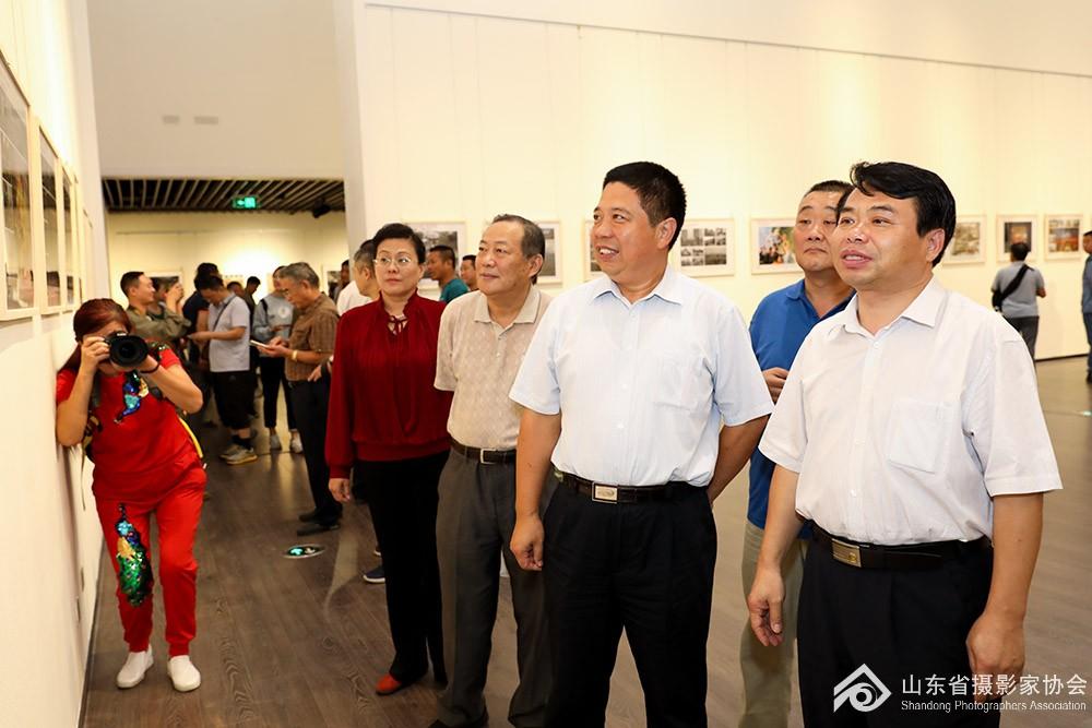 山东省文联副主席、党组成员矫红(右2)、原省文联副主席车本杰(左2)、山东省摄影家协.jpg