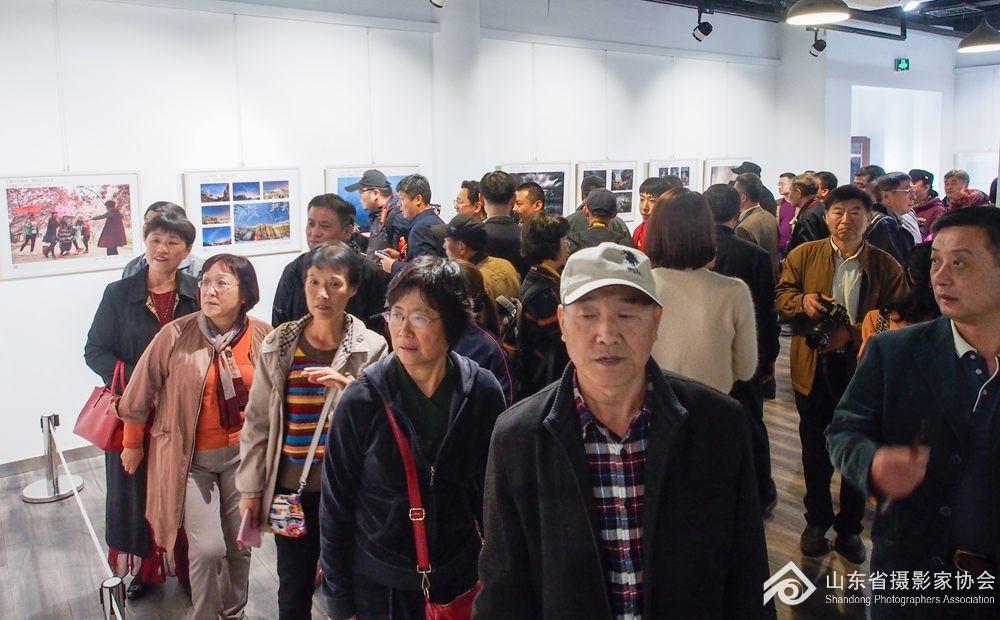 7参观展览的观众络绎不绝