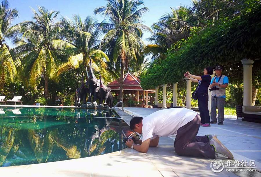 23-影友在住宿宾馆游泳池前创作.jpg
