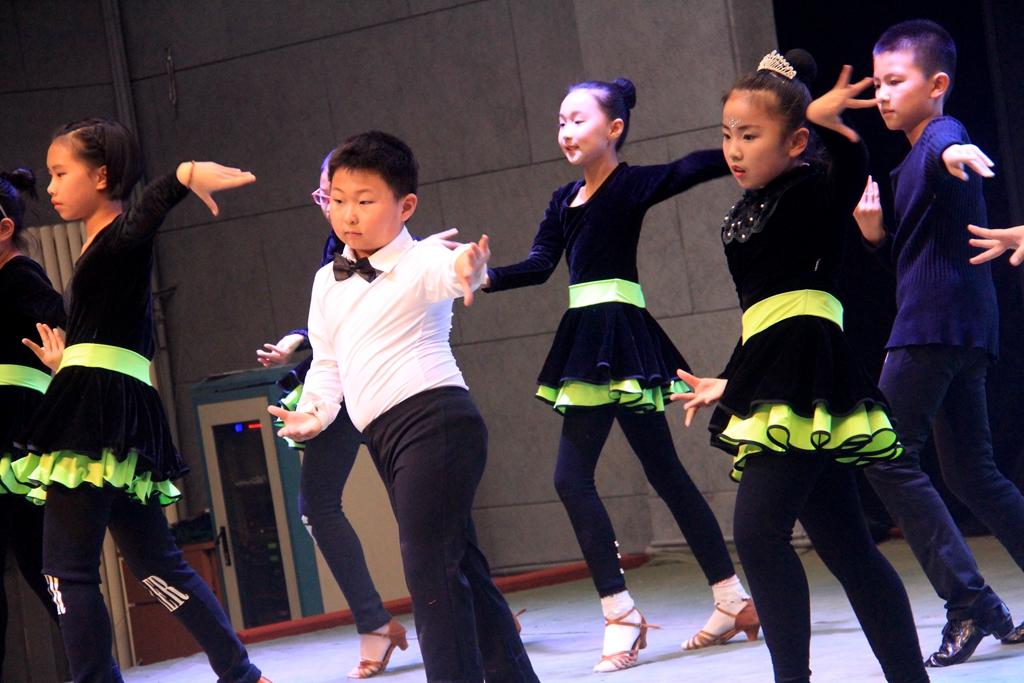 孤岛千艺舞蹈学校.举行汇报课展演