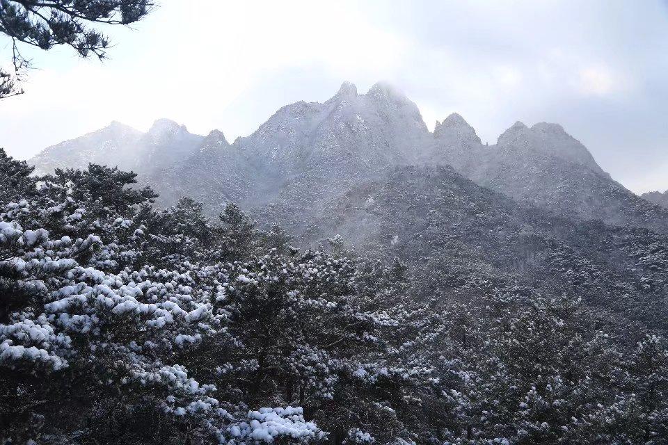 远望风雪艾山 .jpg