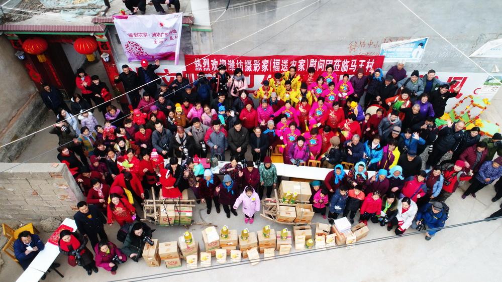 潍坊摄影家协会志愿者2018正月初五到临朐嵩山马王村送福