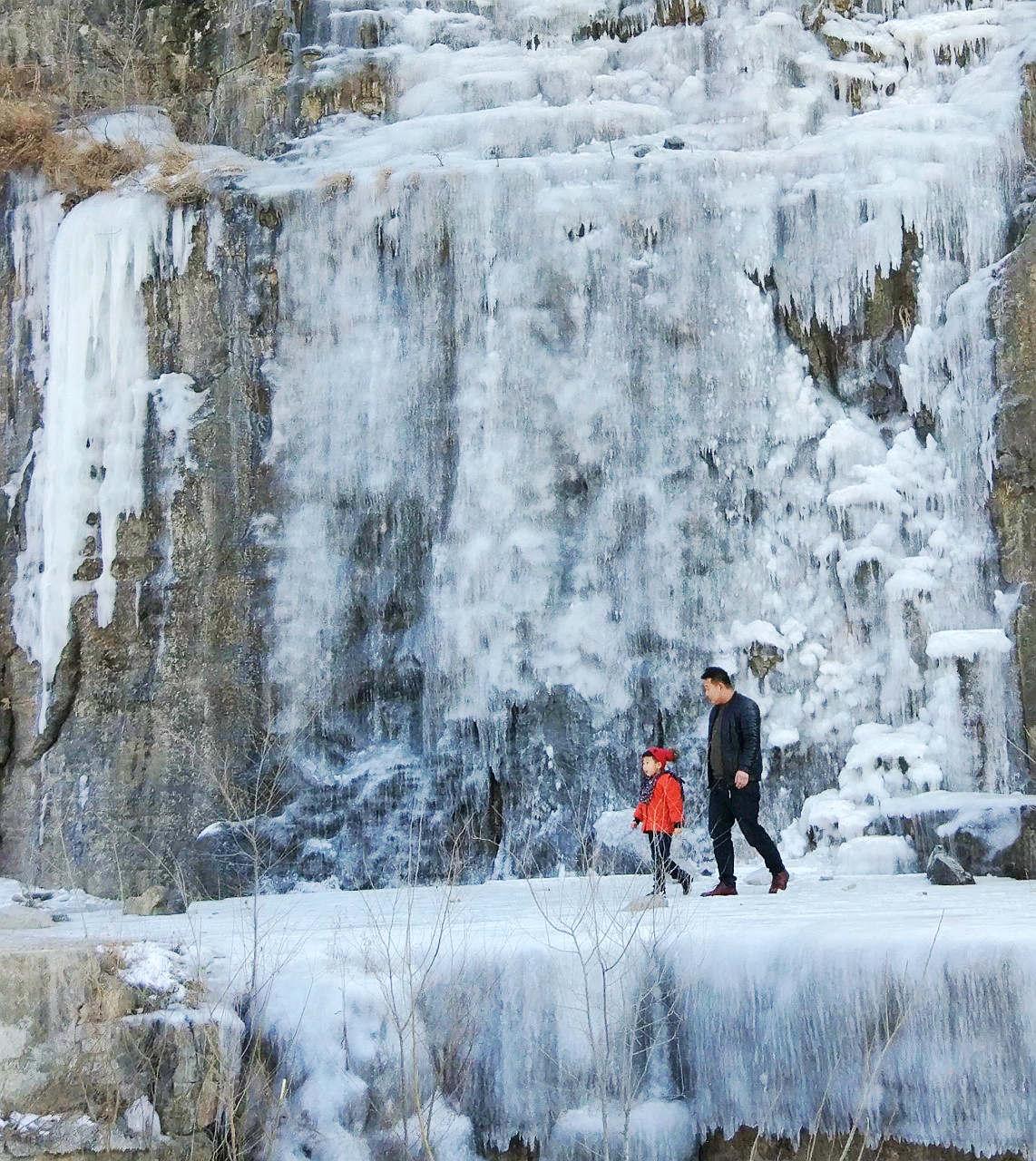 手机拍摄悬崖冰瀑(二)