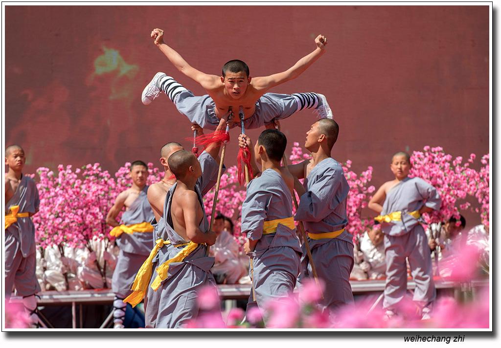 安丘市桃花节上的功夫小子2.jpg
