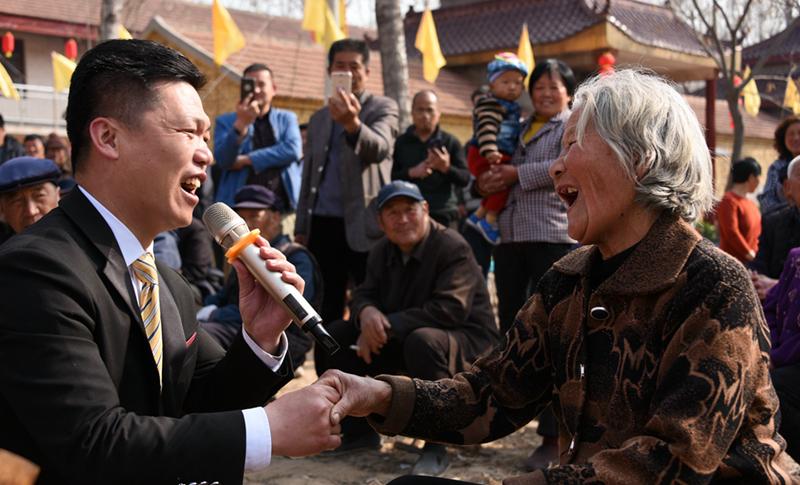 新时代中国农民歌唱家贾崇珍深入基层为百姓义演