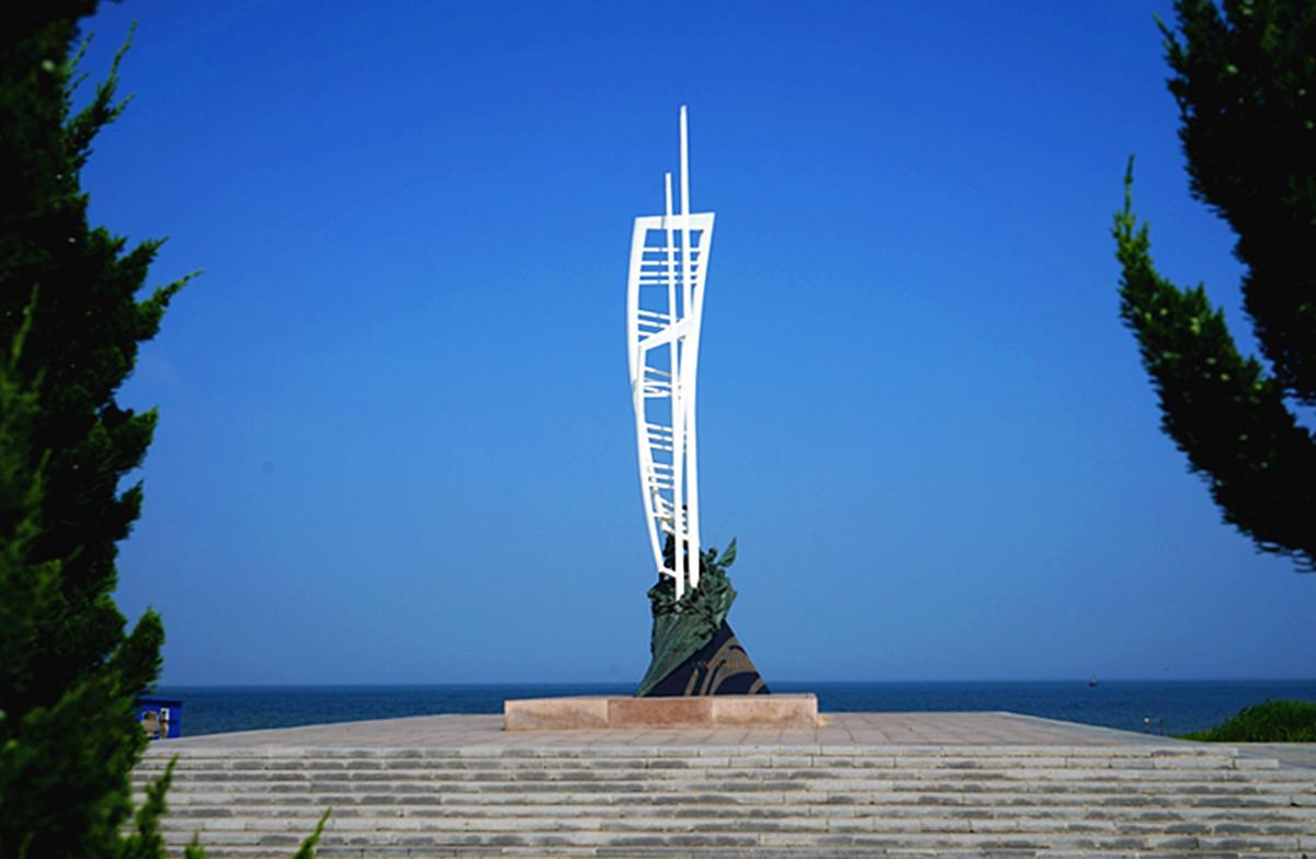1.八路军挺进东北渡海出发地纪念广场,北面是大海。.jpg