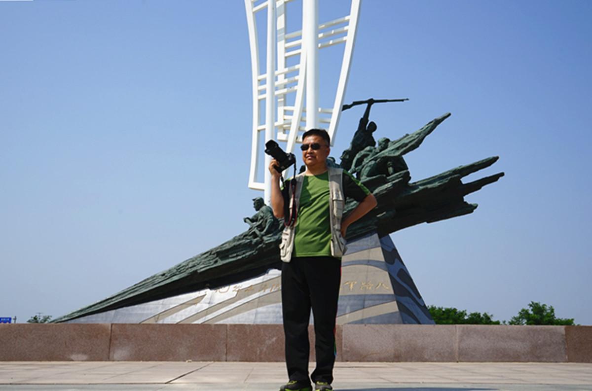 13.父辈在此渡海的八路军将士子弟在塑像前留影.jpg