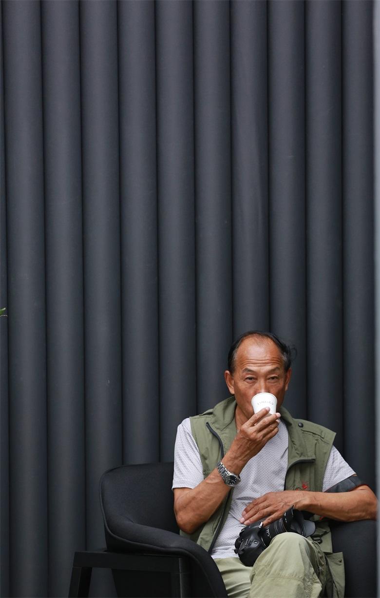 图十一《休息区品咖啡的采风者》.JPG