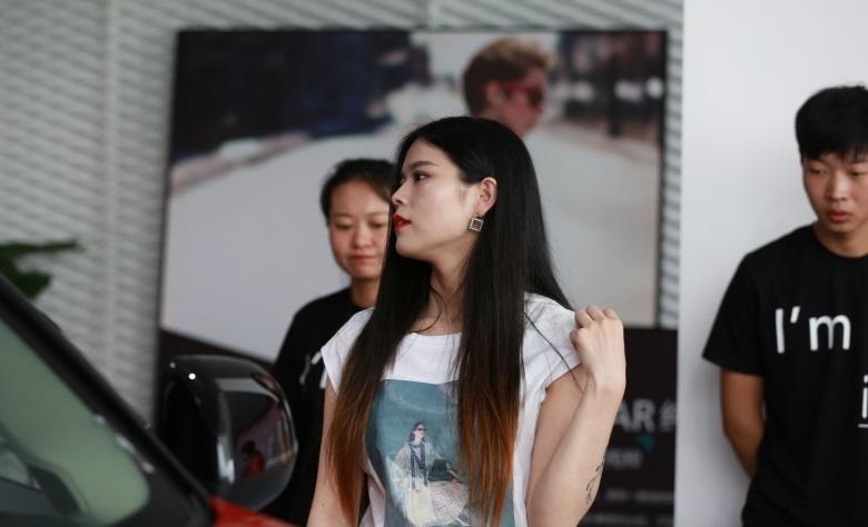 图十二《正在赏车的时尚女郎》.jpg