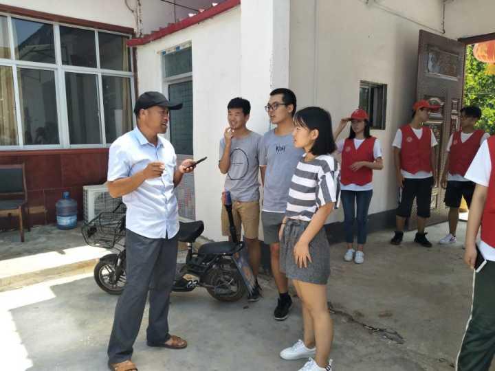 两位老队长和杨主任聊起了去年的实践