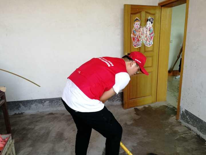 队员打扫起了宿舍