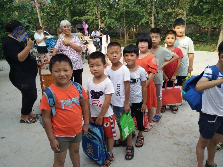 孩子们等待着自己的新老师
