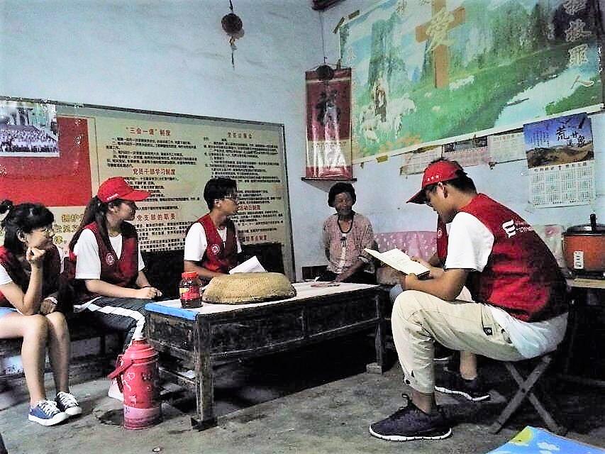 队员们在杨传文家进行家访