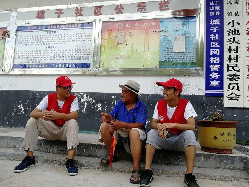 杨大爷下午来接孩子,和队员们聊起了苍山大蒜