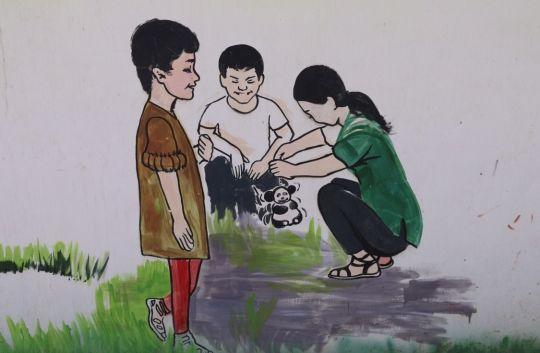 乡村一角的壁画:图中为少数民族同学和汉族同学一起参观国宝大熊猫,体现了各族人民紧密团结的现实。 ...