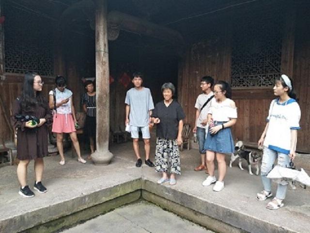吴老师为调研队讲解古建筑文化 苏尚伟摄