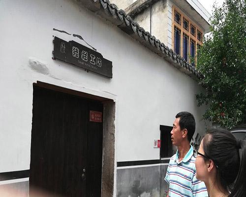 王主任为实践队员们讲解猪栏工坊的故事  孙竞农摄