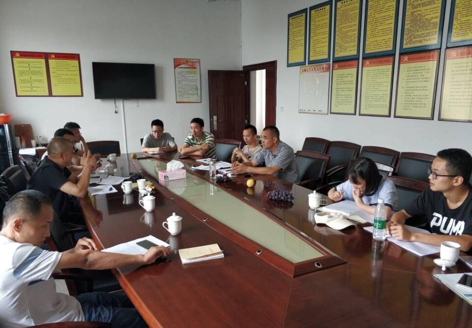 调研团成员与政府工作人员展开座谈