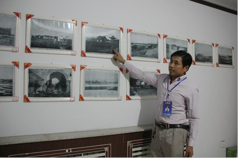 博物馆主任徐廷杰为参观人员讲解