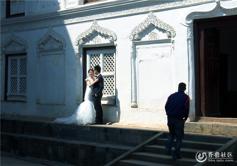 06-拍婚纱照的异国情侣.jpg