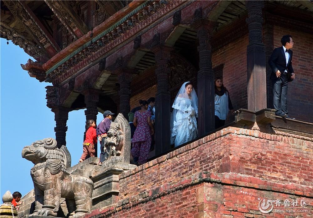 07-在古寺庙拍婚纱照的异国女孩.jpg