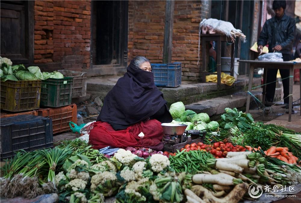 12-在街头卖菜的尼泊尔妇女.jpg