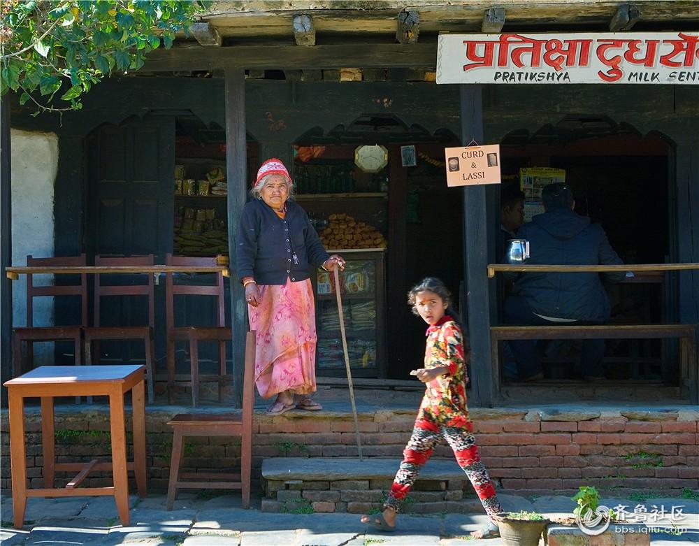 13-尼泊尔女童与老年妇女.jpg