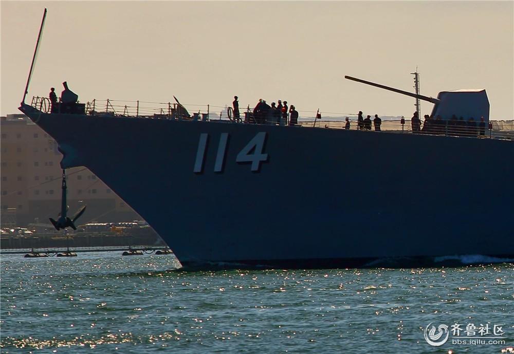 """11-""""拉尔夫-约翰逊号""""伯克级宙斯盾舰舰首和前主炮.jpg"""