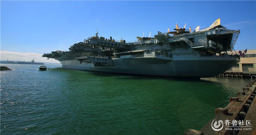 17-远方现役和退役的航空母舰.jpg