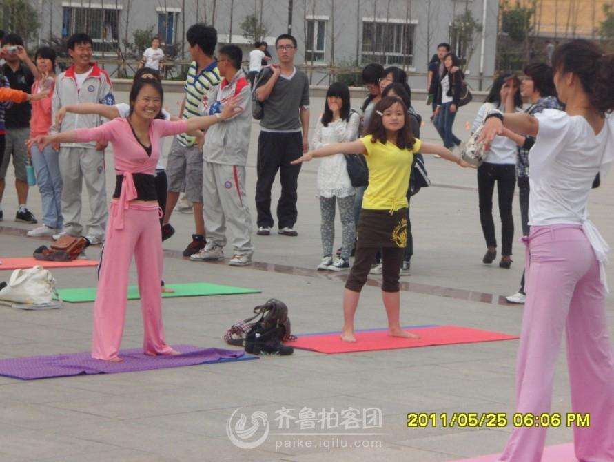 校园瑜伽表演 美女众多