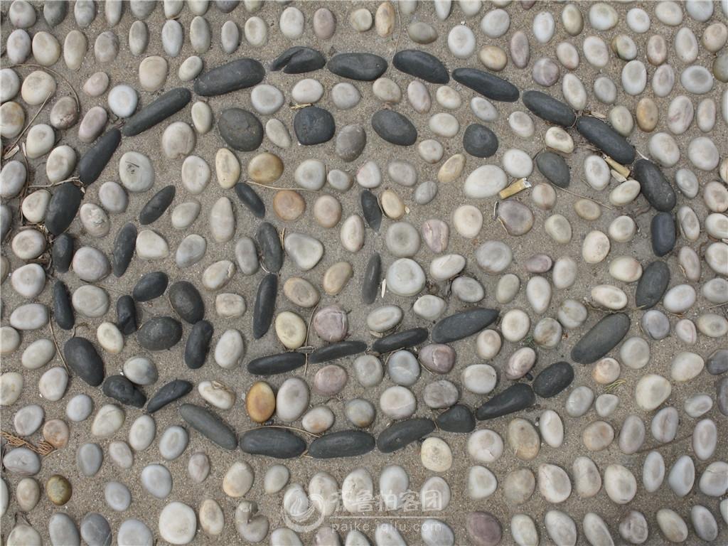 长岛海滨路人行道上鹅卵石造型