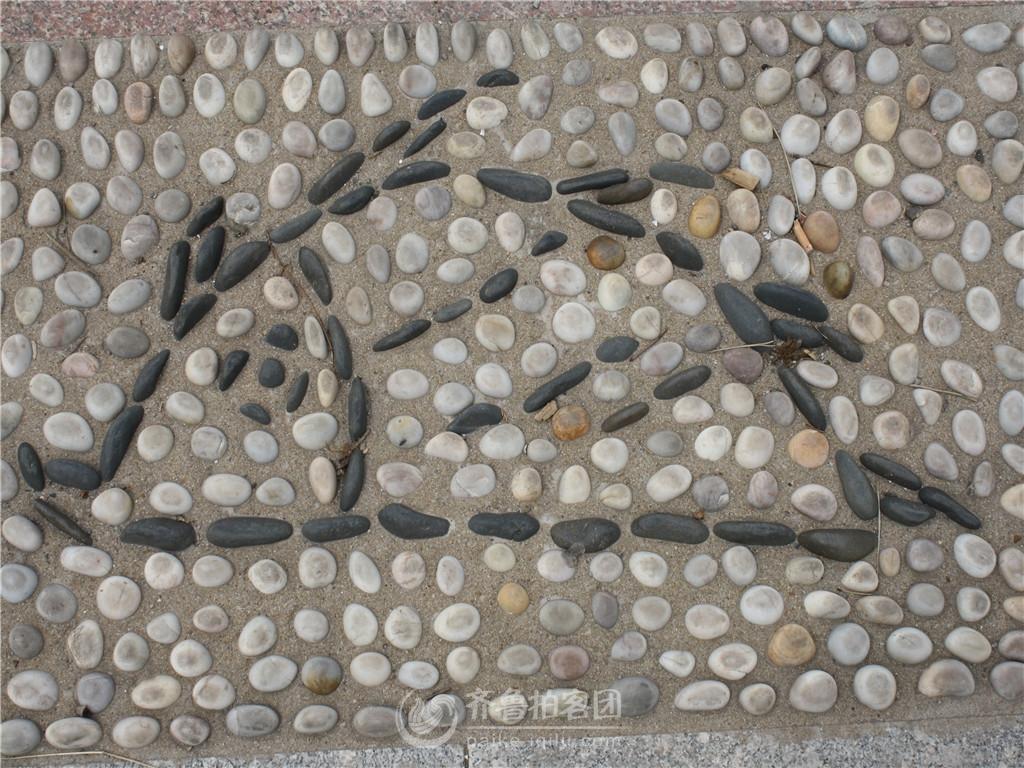长岛海滨路人行道上鹅卵石造型图片